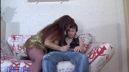 Русская зрелая мамка отсасывает у сына и ебется с ним