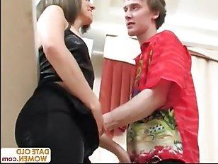 Порно домашнее зрелой: молодой русский парень оттрахал даму в пизду