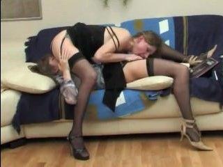 Развратная девушка лижет клитор своей подруге