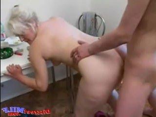 Зрелая соседка занимается сексом с молодым парнем: порно онлайн