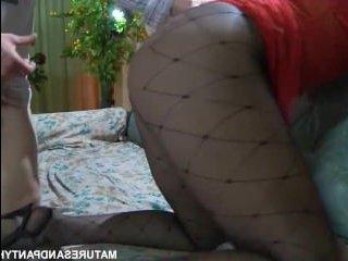 Фетиш колготок порно: секс рыжей зрелки с окончанием на попу