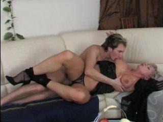 Зрелая блондинка соблазняет парня: порно hd-качества