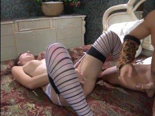 Брюнетка сосет и трахается, сладко стонет от упругого члена: секс видео