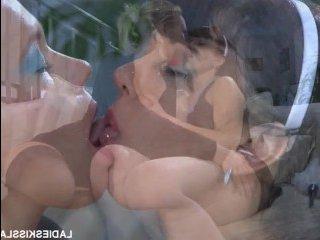Две лесбиянки трахаются страпоном в гостиной на диване