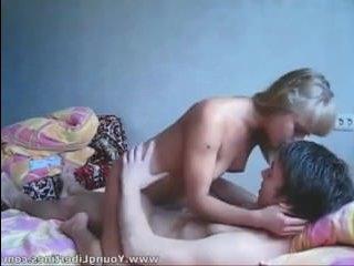 Секс с 18 летней русской девушкой пара сняла на домашнюю камеру