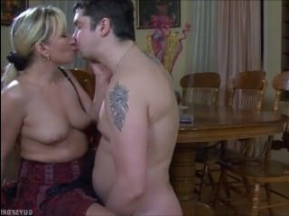 Кайфует от куни и сосет хуй: зрелая блонда в чулках трахается на столе