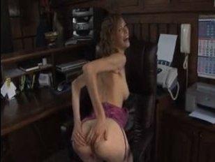 Порно видео: худая девушка подставила свою аппетитную задницу