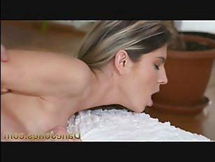 Эротика: секс молодых парня и девушки, трахающихся на кровати