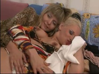 Зрелые женщины лесбиянки развлекаются с розовым длинным дилдо: порно
