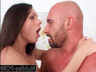 Сексуальная попка наездницы соблазнила на секс парня с большим членом