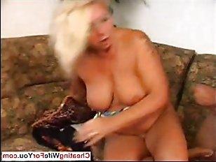 Смотреть порно: трахнул маму и кончил ей прямо на сиськи