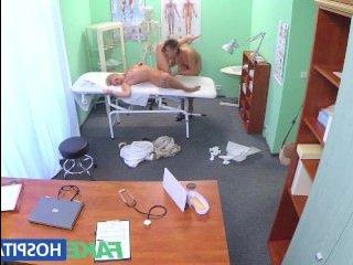 Русская порнуха: скрытая камера сняла, как медсестра ебется с пациенткой в кабинете врача