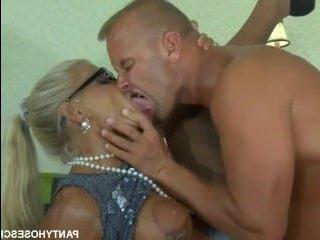 Русская порнуха со зрелой бабой, дающей в офисе мужику
