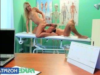 Доктор смотрит, как молоденькие лесбиянки трахаются в его кабинете
