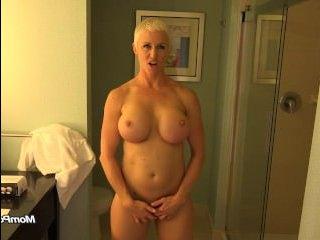 Мамка блондинка с большими сиськами трахается с окончанием на бритую киску