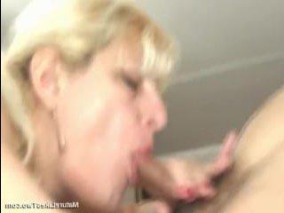 Русская зрелая дама соблазнила на секс сразу двух парней