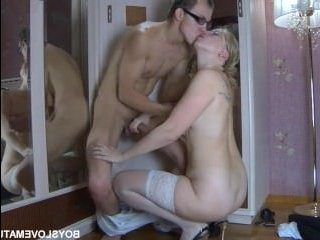 Блонда показала соблазнительные ножки в чулках и парень возбудился