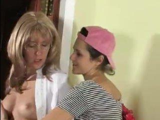 Порно бесплатно: зрелые лесби трахаются на кресле