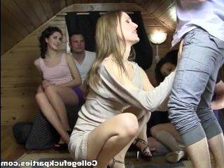 Групповое порно молодежи на студенческой вечеринке