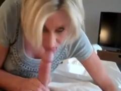 Секс: мамаша и сынок трахаются в спальне, снимая все на камеру