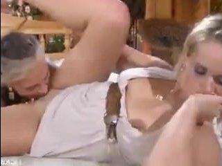 Порно мамаши-лесбиянки трахаются в одежде на деревянной кровати