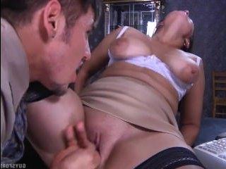 Аппетитная зрелая женщина трахается с директором на работе