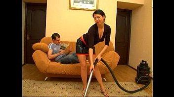 Секс женатых молодых людей, при уборке дома прямо на диване