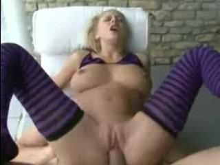 Русскую молодую блондинку трахают и кончают на ее грудь