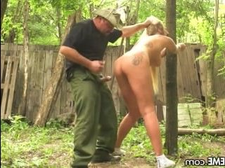 Огромный хуй трахает девушку против ее воли в лесу