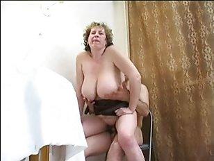 Смотреть видео: сын трахает маму на кухонном столе
