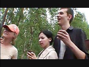 Пара сучек отдалась четырем парням на шашлыках - русское групповое порно молодых