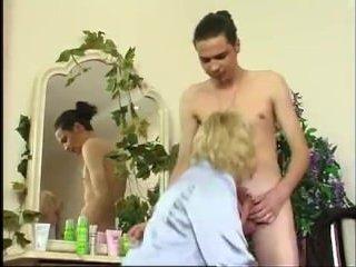Зрелая отсосала и занялась сексом с молодым парнем