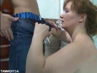 Порно: сын кончил в маму после страстной ебли в ванной