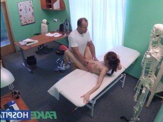 Стройная худышка совратила доктора во время приема