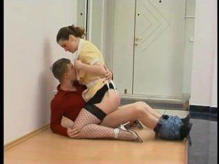 Девушка дала полизать пизду и трахнулась с молодым парнем