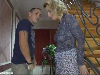 Молодой племянник трахает свою тетю раком отлизав ей пизду