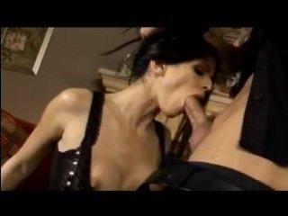 Домашний жесткий секс молодой пары, которая любит эротические костюмы