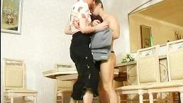 Русская мать пришла с работы и подставила пизденку под член сына