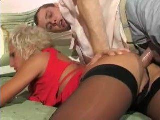 Смотреть лучшее русское порно видео: блондинка ебётся в анал