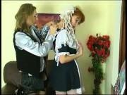 На диване две лесбиянки сосут киски друг дружке и стонут