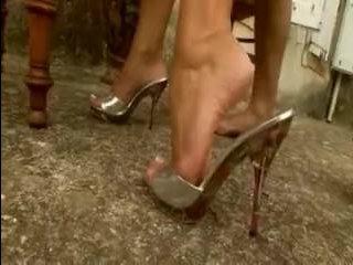 Красивая брюнетка на каблуках сасет хуй у прислуги
