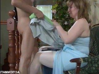 Видео для взрослых: русское порно, демонстрирующее половой контакт парня со зрелой