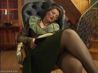 Русское порно: бабушка в чулках отдалась внуку, не выпуская из рук самотык