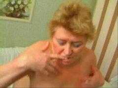 Русские голые зрелые лесбиянки играют с мастурбатором