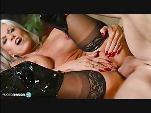 Порно: зрелые латекс на себя надевают, когда хотят совратить молодых