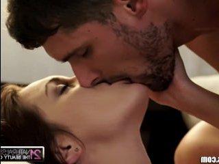 Сексуальный мужик трахает девку с красивым телом