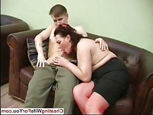 Молодой парень наслаждается сексом с русской мамкой