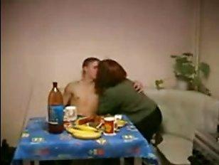 Порно: мама увидела голый торс своего сына и возбудилась