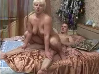 Порно: спящая зрелая дамочка с волосатой пиздой получает хороший трах