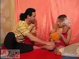Русское порно:парень ебет худенькую сестру в ее комнате